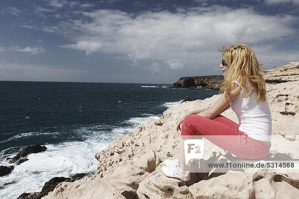 Frau am Strand bei Pared  Fuerteventura  Kanarische Inseln  Spanien  Europa