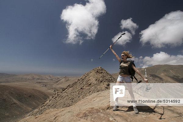Frau  Berg  Bergsteigen  wandern  Nordic walking  Aussicht  Gran Montana  bei Pajara  Fuerteventura  Kanarische Inseln  Spanien  Europa