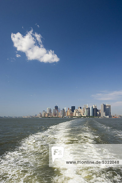 Skyline von Downtown Manhattan von der Staten Island Ferry aus  Manhattan  New York  USA  Amerika