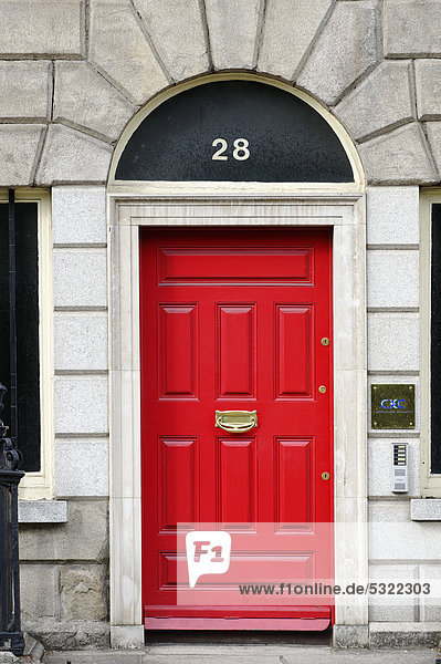 rote haust r an reihenhaus am merrion park dublin republik irland europa lizenzpflichtiges. Black Bedroom Furniture Sets. Home Design Ideas