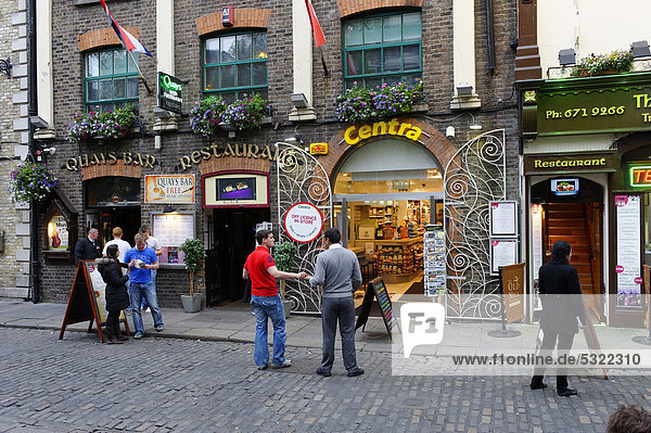 Street life  Crown Alley  Dublin  Republic of Ireland  Europe
