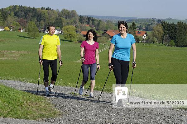 Nordic Walking Gruppe mit Trainer  bei Weyarn  bayerisches Oberland  Bayern  Deutschland  Europa