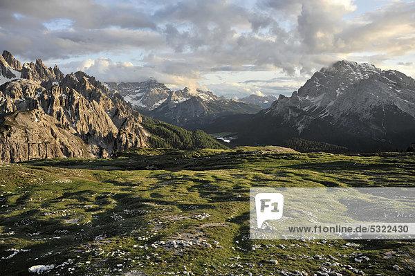 Bergpanorama  Ausblick bei der Auronzohütte  2320m  nach Süden  Dolomiten  Südtirol  Italien  Europa