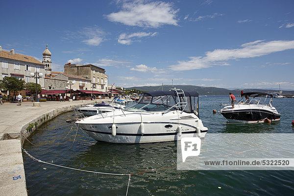 Wasserrand Europa Stadt Boot vertäut Kroatien Krk
