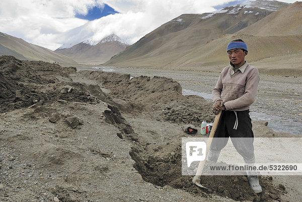 Tibetischer Arbeiter zwischen Thong La Pass und Nyalam  Friendship Highway  Himalaya  Tibet  China  Asien