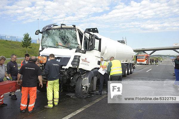 Schwerer Gefahrgut-LKW-Unfall auf der A8  Stuttgart  Baden-Württemberg  Deutschland  Europa
