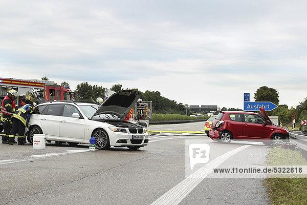 Schwerer Verkehrsunfall auf der A 81  zwei PKW-Wracks stehen auf der Autobahn  Ludwigsburg  Baden-Württemberg  Deutschland  Europa