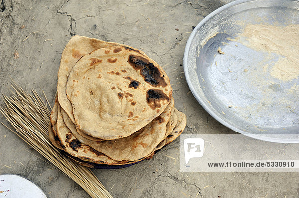Frisches Brot  Dorf Basti Lehar Walla  Punjab  Pakistan  Asien