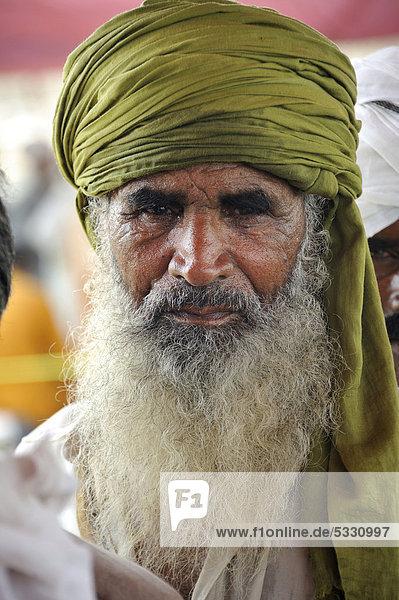 asien muzaffaragarh pakistan portrait punjab alter mann mit langem wei em bart. Black Bedroom Furniture Sets. Home Design Ideas