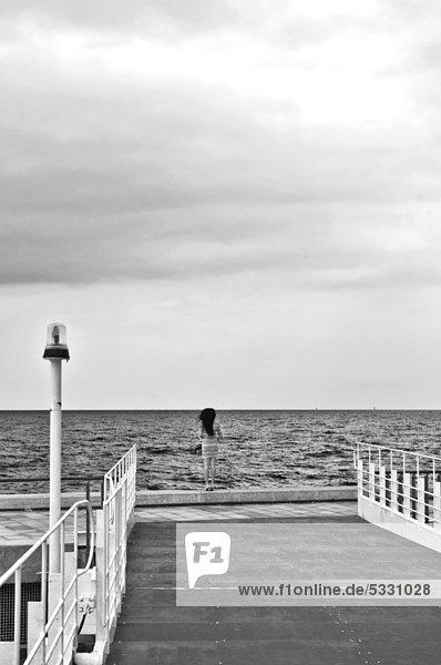 Frau blickt aufs Meer  Puerto Olimpico  Barcelona  Katalonien  Spanien  Europa