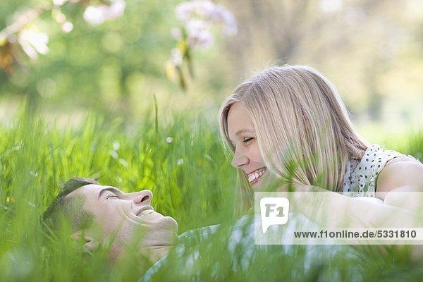 Lachendes Paar liegt im Gras