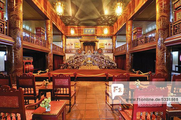 Innenraum des Theaters  Blick auf die Bühne  Kaiserpalast Hoang Thanh  Verbotene Stadt  Purpurstadt  Hue  UNESCO-Weltkulturerbe  Vietnam  Asien