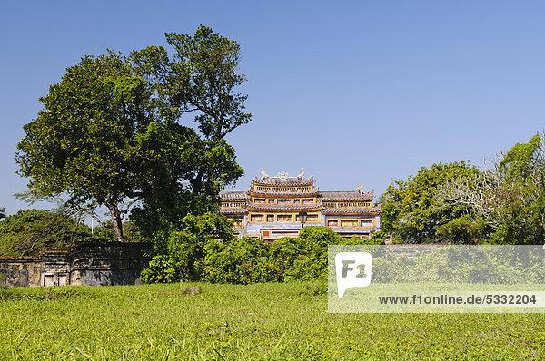 Wiese vor dem Eingangstor zum Generationentempel  The Mieu  Thai Hoa Palast  Kaiserpalast Hoang Thanh  Verbotene Stadt  Purpurstadt  Hue  UNESCO Weltkulturerbe  Vietnam  Asien