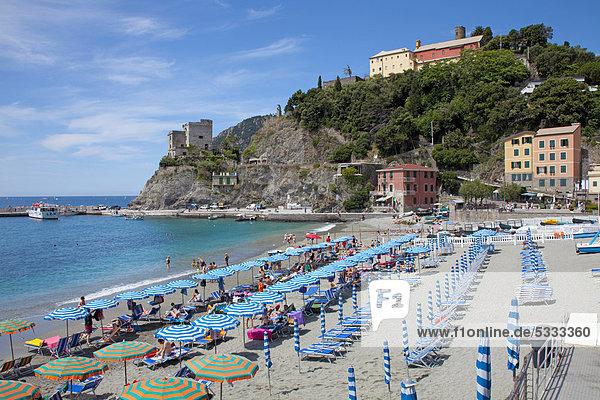 Nationalpark Europa Strand Dorf Sonnenschirm Schirm angeln Veranda Monterosso al Mare UNESCO-Welterbe Cinque Terre Italien Ligurien Stute Sonne Provinz La Spezia