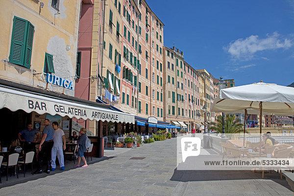 Straßencafe  Eisdiele  an der Promenade am Strand  Fischerdorf Camogli  Provinz Genua  Ligurien  Italienische Riviera  Levante  Italien  Europa