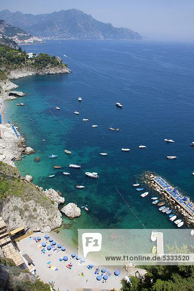 Küstenlandschaft  Blick von der berühmten Amalfi-Panoramastraße  Landstraße SS163  Amalfiküste  Unesco Weltkulturerbe  Provinz Salerno  Golf von Salerno  Kampanien  Italien  Europa