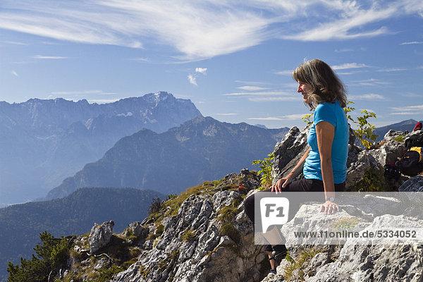 Frau  45 Jahre  auf dem Ettaler Manndl am Laberberg in den Ammergauer Alpen  hinten die Zugspitze  Ettal  Oberbayern  Bayern  Deutschland  Europa