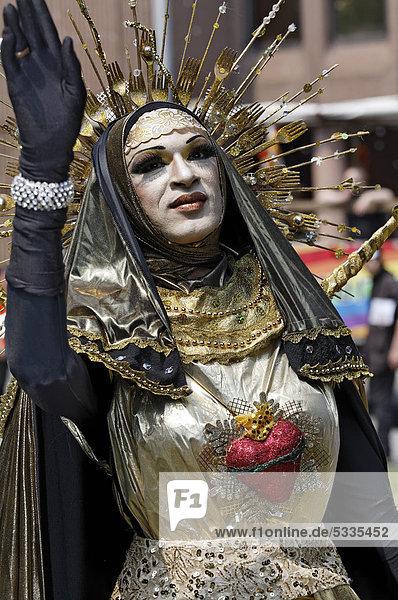 Drag-Queen Abajur  kunstvoll kostümiert als Madonna mit Strahlenkranz  Christopher Street Day Düsseldorf  Nordrhein-Westfalen  Deutschland  Europa