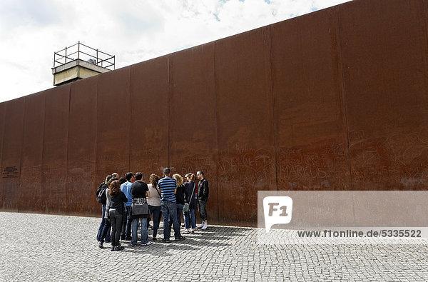 Besuchergruppe steht vor hoher Stahlwand,  Gedenkstätte Berliner Mauer,  Bernauer Straße,  Berlin-Mitte,  Deutschland,  Europa
