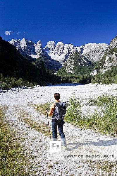 Bergsteiger beim Aufstieg zum Monte Piano im Hochpustertal  Klettersteig  Dolomiten  hinten das Höhlensteintal  Südtirol  Italien  Europa