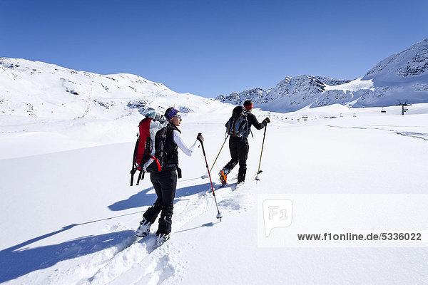 Skitourengeher beim Aufstieg zur hinteren Schöntaufspitze  Winter  hinten das Skigebiet Sulden  Südtirol  Italien  Europa Skitourengeher beim Aufstieg zur hinteren Schöntaufspitze, Winter, hinten das Skigebiet Sulden, Südtirol, Italien, Europa