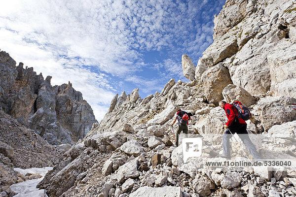 Bergsteiger bei der Latemarüberschreitung  Klettersteig  Dolomiten  hinten das Latemargebirge  Südtirol  Italien  Europa Bergsteiger bei der Latemarüberschreitung, Klettersteig, Dolomiten, hinten das Latemargebirge, Südtirol, Italien, Europa