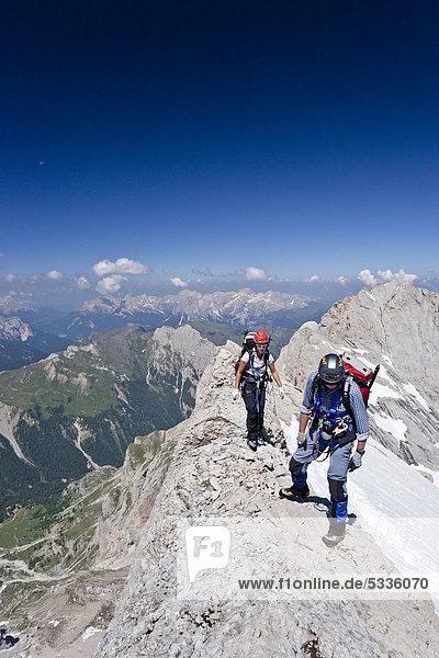 Bergsteiger beim Aufstieg zur Marmolata  Klettersteig Westgrat  Dolomiten  Trentino  Italien  Europa