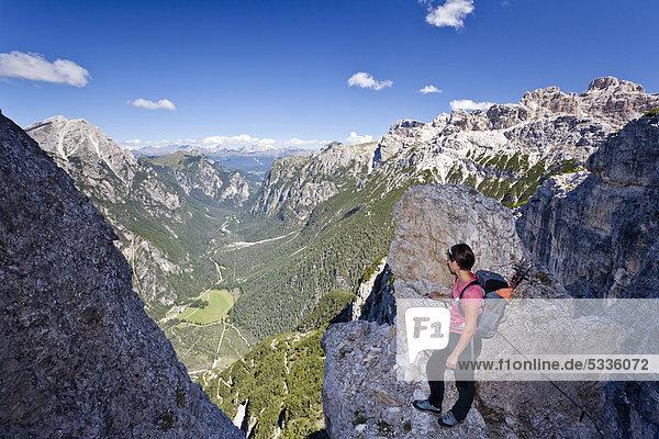 Bergsteigerin beim Aufstieg zum Monte Piano  Klettersteig  Hochpustertal  hinten das Höhlensteintal  Dolomiten  Südtirol  Italien  Europa