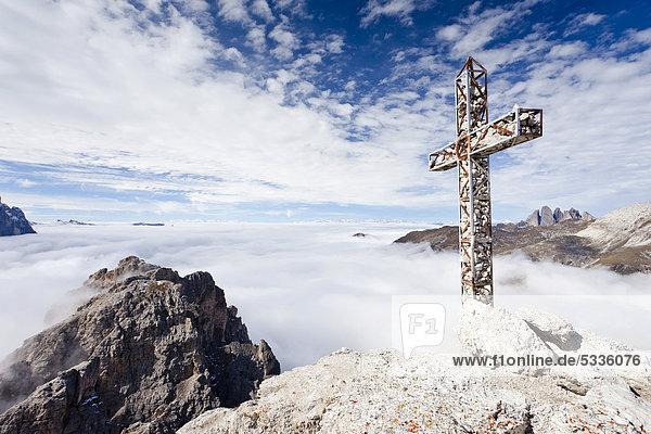 Gipfelkreuz auf der Gran Cir über dem Klettersteig oberhalb vom Grödnerjoch  hinten das Langental und die Geislerspitzen  Dolomiten  Südtirol  Italien  Europa Gipfelkreuz auf der Gran Cir über dem Klettersteig oberhalb vom Grödnerjoch, hinten das Langental und die Geislerspitzen, Dolomiten, Südtirol, Italien, Europa