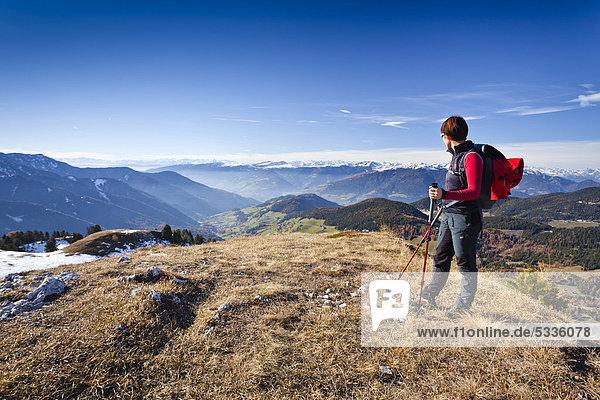 Bergsteiger beim Herrensteig  Kofelwiesen  hinten das Villnösstal  Südtirol  Italien  Europa Bergsteiger beim Herrensteig, Kofelwiesen, hinten das Villnösstal, Südtirol, Italien, Europa