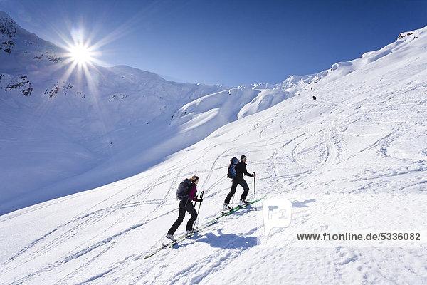Skitourengeher beim Aufstieg zum Staudenberg Jöchl in Ridnaun oberhalb Schneeberg  Sterzing  hinten das Staudenberg Jöchl  Südtirol  Italien  Europa Skitourengeher beim Aufstieg zum Staudenberg Jöchl in Ridnaun oberhalb Schneeberg, Sterzing, hinten das Staudenberg Jöchl, Südtirol, Italien, Europa