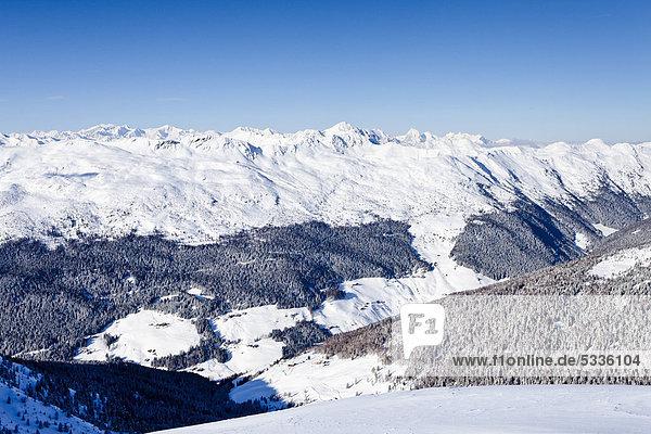 Ausblick vom Morgenrast-Gipfel oberhalb von Unterreinswald  hinten das Sarntal und dessen Gebirge  Südtirol  Italien  Europa Ausblick vom Morgenrast-Gipfel oberhalb von Unterreinswald, hinten das Sarntal und dessen Gebirge, Südtirol, Italien, Europa