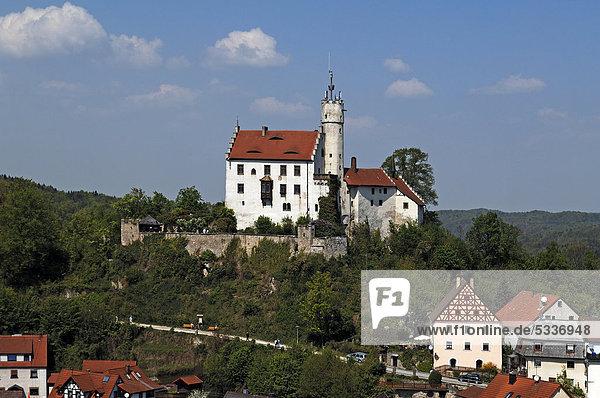 Blick auf Burg Gößweinstein  1076  um 1890 im neugotischen Stil umgestaltet  unten Häuser von Gößweinstein  Oberfranken  Bayern  Deutschland  Europa