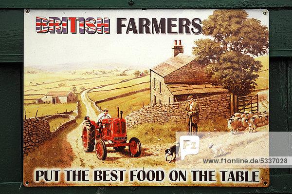 Altes englisches Werbeschild für landwirtschaftliche Produkte in den 1930er Jahren an einer Holzwand im Hafen von Exeter  Devon  England  Großbritannien  Europa Altes englisches Werbeschild für landwirtschaftliche Produkte in den 1930er Jahren an einer Holzwand im Hafen von Exeter, Devon, England, Großbritannien, Europa