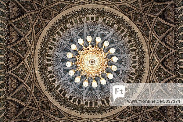 Swarowski-Kronleuchter  Gewicht acht Tonnen  Breite acht Meter  Höhe 15 Meter  Ornamente  Gebetshalle für Männer  Große Sultan-Qabus-Moschee  Hauptstadt Maskat  Muscat  Sultanat von Oman  Golfstaat  Arabische Halbinsel  Naher Osten  Asien