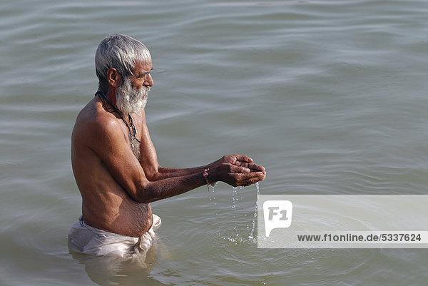 Mann betet  Ram Devra-Pilgerfahrt  Ram Devra  Wüste Thar  bei Pokaran oder Pokhran  Rajasthan  Indien  Nordindien  Asien