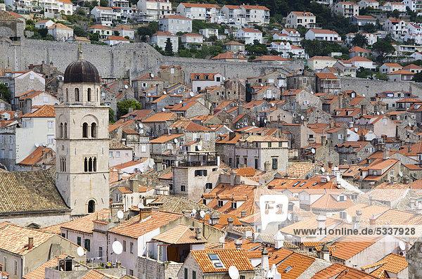 Rundgang auf der Festungsmauer der Altstadt von Dubrovnik  Kroatien  Europa
