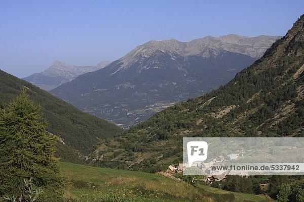 Blick von CrÈvoux ins Tal der Durance bei Embrun  DÈpartement Hautes-Alpes  Westalpen  Frankreich  Europa