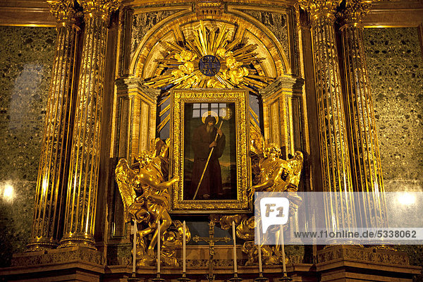 Goldene Engel und Gemälde an einem Altar in der Kirche Sant'Andrea delle Fratte in Rom  Latium  Italien  Europa
