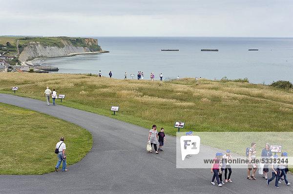 Arromanches-les-Bains  D-Day  Gold Beach  Überreste des künstlichen Landungshafens  Mulberry-Hafen  Normandie  Frankreich  Europa