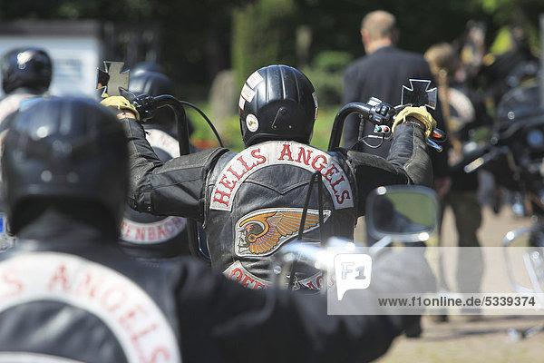 Mitglieder des Rockerclubs Hells Angels geben einem verstorbenen Mitglied das letzte Geleit zum Friedhof  Koblenz  Rheinland-Pfalz  Deutschland  Europa