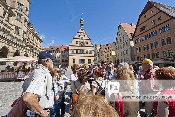 Führung Anleitung führen führt führend Europa Tagesausflug Tourist Quadrat Quadrate quadratisch quadratisches quadratischer Bayern Franken Deutschland Markt Rothenburg ob der Tauber