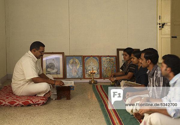 Yoga-Lehrerin mit Schülern AVC Hospital  Kerala  Indien