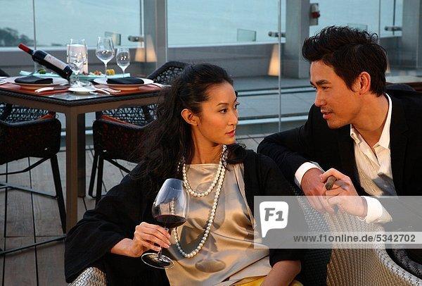 Asiatische paar in einem restaurant