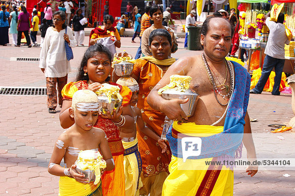 Pilger-Familie bringt Milch-Opfer,  hinduistisches Thaipusam Fest,  Tempel Batu Caves,  Kalksteinhöhlen,  Kuala Lumpur,  Malaysia,  Südostasien,  Asien