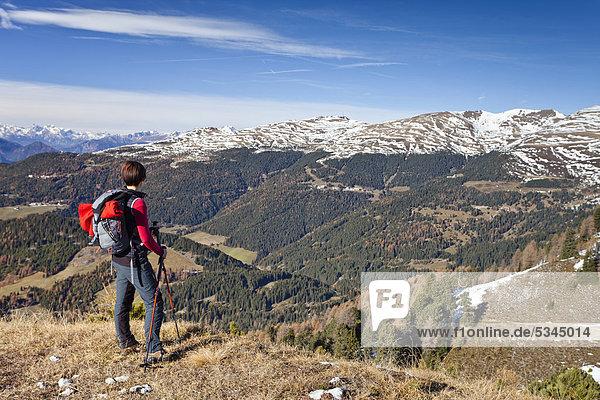 Bergsteiger beim Herrensteig und auf den Kofelwiesen im Villnösstal  hinten die Plose  Südtirol  Italien  Europa