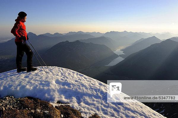 Bergsteiger an Felsgrat mit Alpengipfeln  Reutte  Tirol  Außerfern  Österreich  Europa
