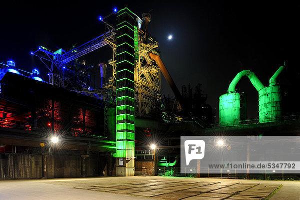 Illuminierte Industriegebäude bei Nacht  Landschaftspark  Duisburg  Nordrhein-Westfalen  Deutschland  Europa