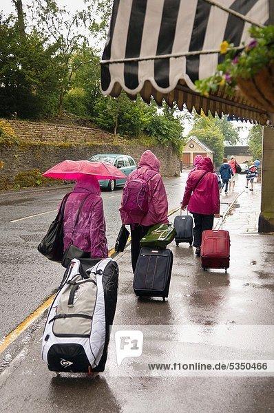 britisch  Großbritannien  Tourist  Koffer  Regen  Vorbereitung  England  North Yorkshire britisch ,Großbritannien ,Tourist ,Koffer ,Regen ,Vorbereitung ,England ,North Yorkshire