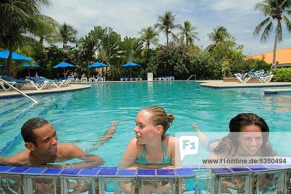Palme  Niederländische Antillen  Frau  Mann  Hotel  waten  schwarz  Urlaub  flirten  gastfreundlich  Schwimmbad  niederländisch  Gast